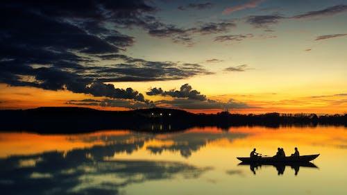 Darmowe zdjęcie z galerii z jezioro, kajak, odbicie, podświetlony