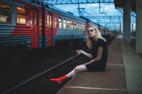 Kostenloses Stock Foto zu bahnhof, eisenbahn, frau, lokomotive