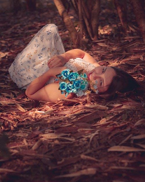Darmowe zdjęcie z galerii z dziewczyna, jesienne kolory, kompozycja kwiatowa, promień