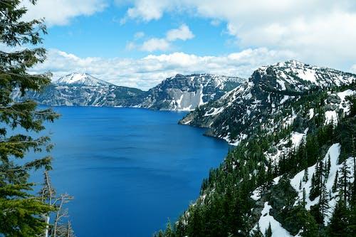 山の真ん中にある湖