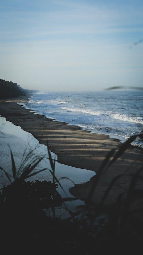 모래, 바다, 바다 경치, 손을 흔들다의 무료 스톡 사진
