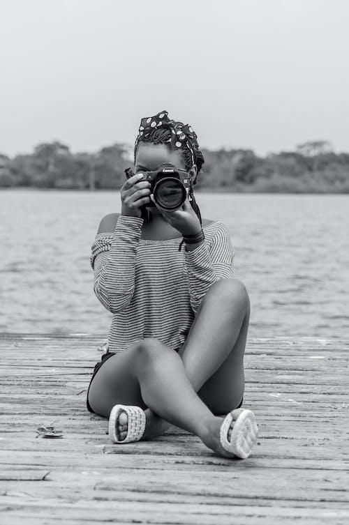 Δωρεάν στοκ φωτογραφιών με άνθρωπος, ασπρόμαυρο, γυναίκα, κάμερα