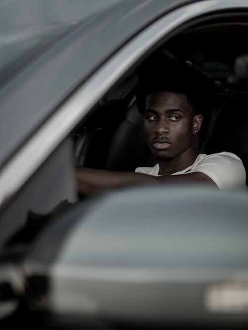 Gratis stockfoto met Afrikaanse man, Afro-Amerikaanse man, auto, autoraam