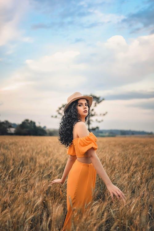 Безкоштовне стокове фото на тему «апельсин, брюнетка, Гарний, жінка»
