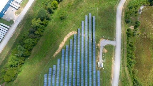 Photos gratuites de campagne, ensemble de panneaux solaires, environnement, herbe verte