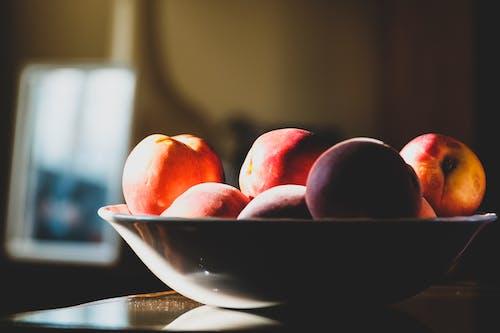 Fotobanka sbezplatnými fotkami na tému broskyne, domov, interiér, misa s ovocím