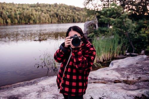 Darmowe zdjęcie z galerii z aparat, jezioro, kobieta, moda
