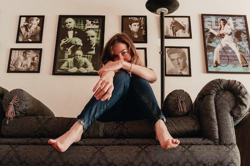 Foto stok gratis bingkai, dalam ruangan, kaum wanita, kursi