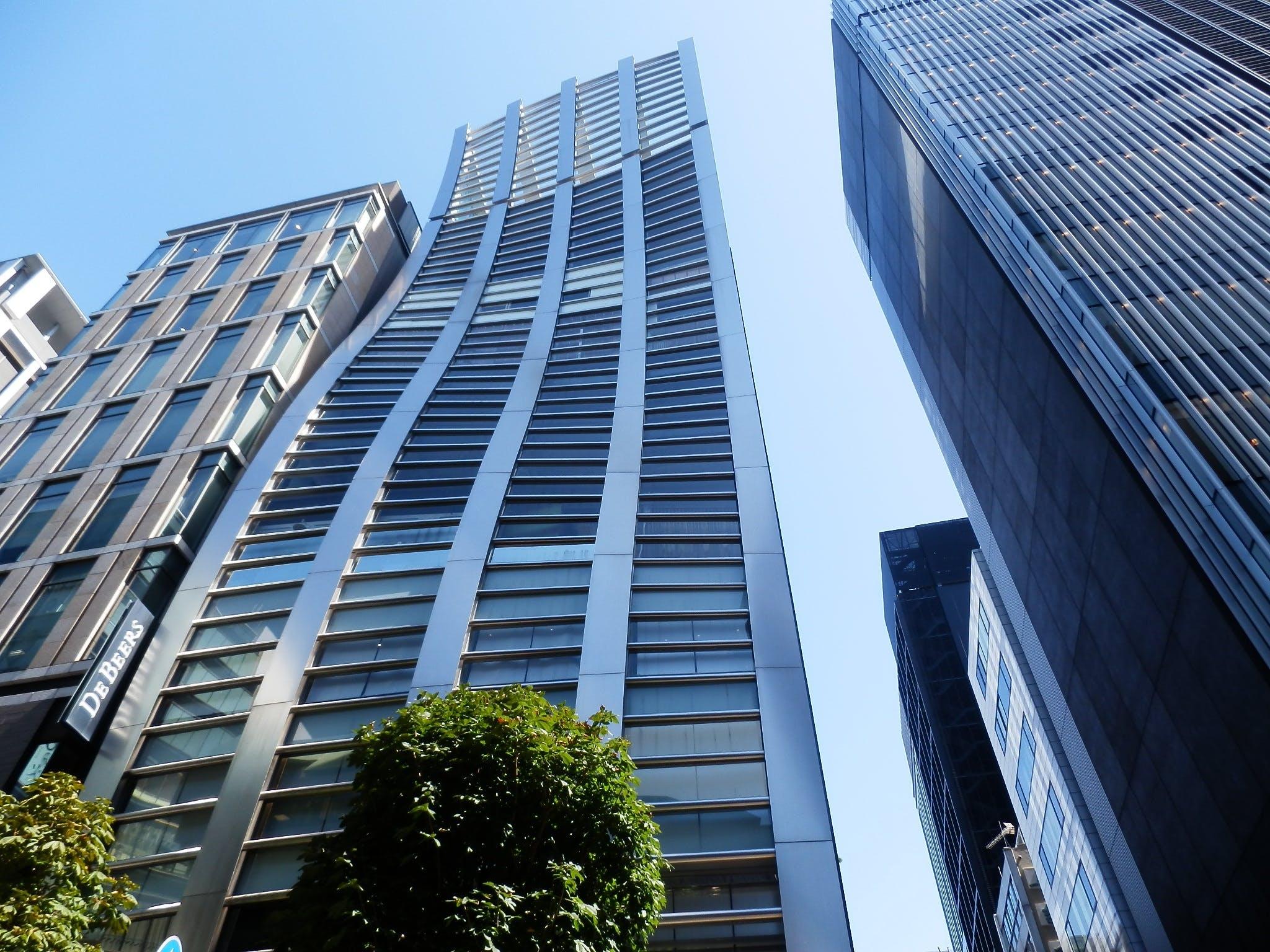 Ingyenes stockfotó alacsony szögű felvétel, belváros, ég, építészet témában