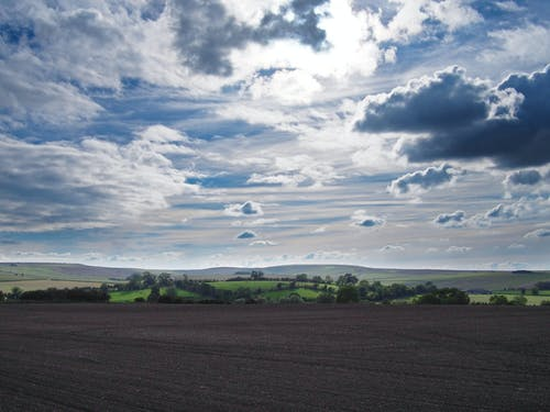 Darmowe zdjęcie z galerii z biały niebieski i szary, boiska, błękitne niebo, chmura