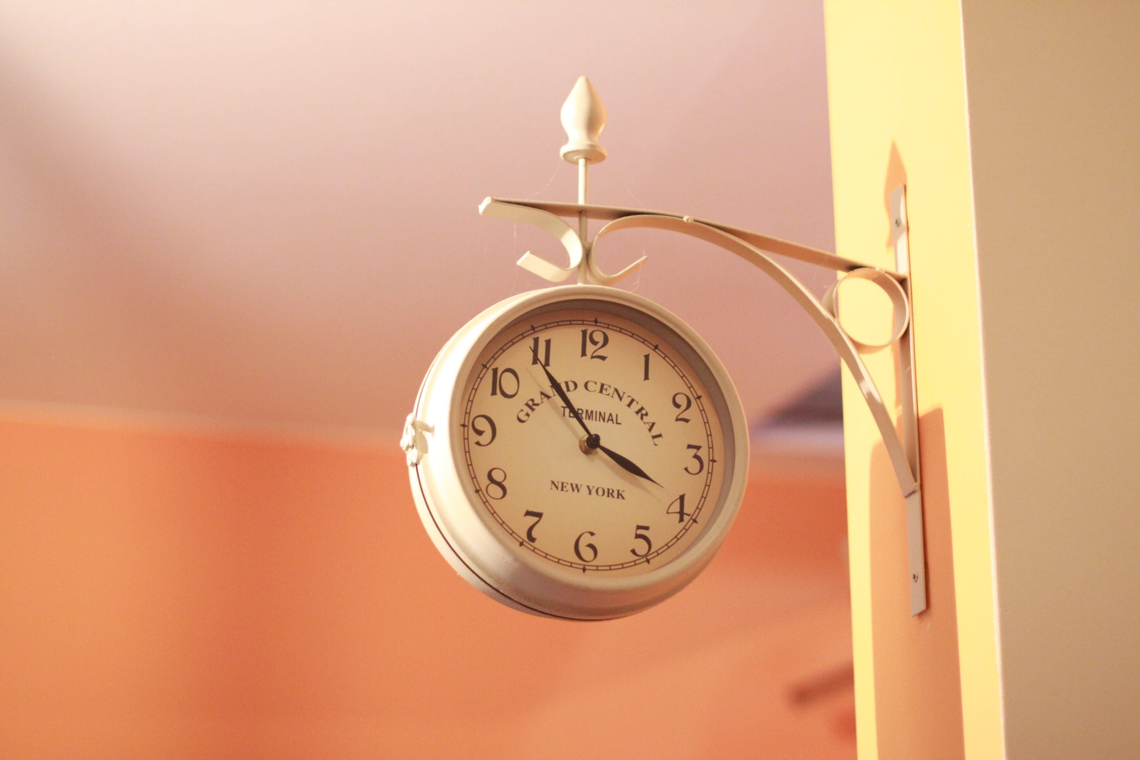 Безкоштовне стокове фото на тему «аналоговий, години, класичний, настінний годинник»