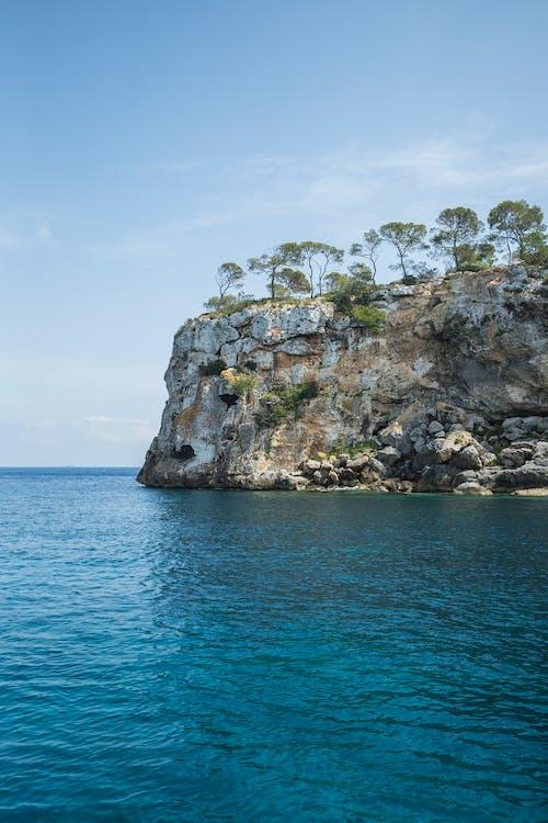Безкоштовне стокове фото на тему «cliff edge, берег, берег моря, блакитне небо»