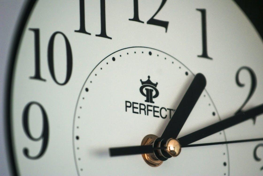 bir saatin elinde, çalar saat, geç