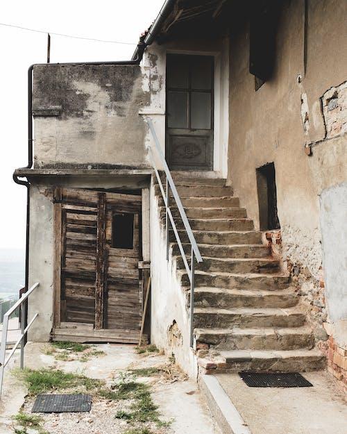 Základová fotografie zdarma na téma architektura, budova, dřevěné dveře, dveře
