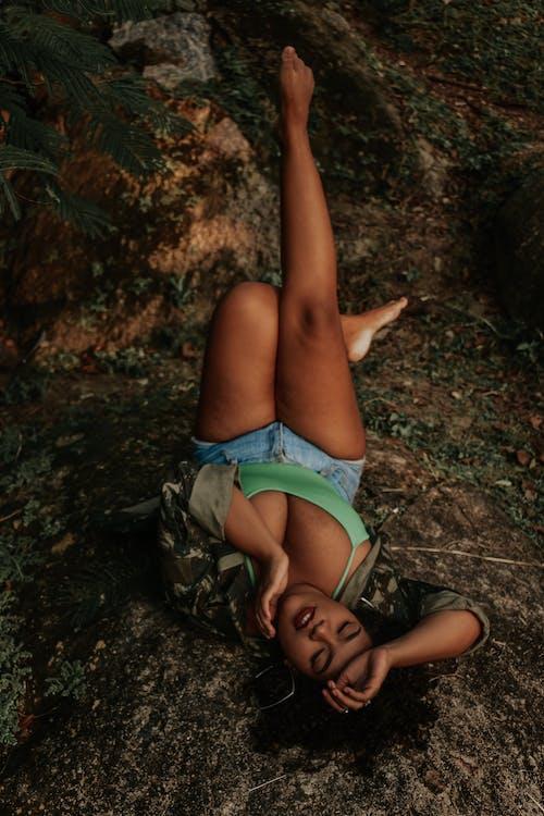 Darmowe zdjęcie z galerii z ciało, czarna kobieta, do góry nogami, dziewczyna