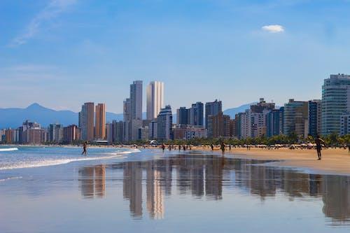 Ilmainen kuvapankkikuva tunnisteilla asunnot, hiekkaranta, ihmiset, ihmisiä kävelemässä