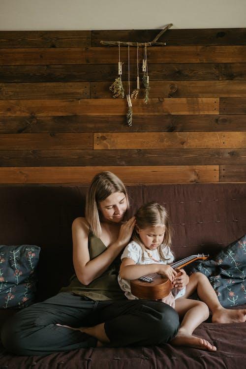 ahşap, aile, anne, anne ve çocuk içeren Ücretsiz stok fotoğraf