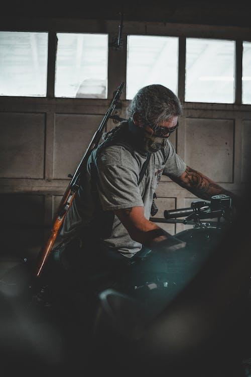 Kostenloses Stock Foto zu `, fahrzeug, gewehr, mann