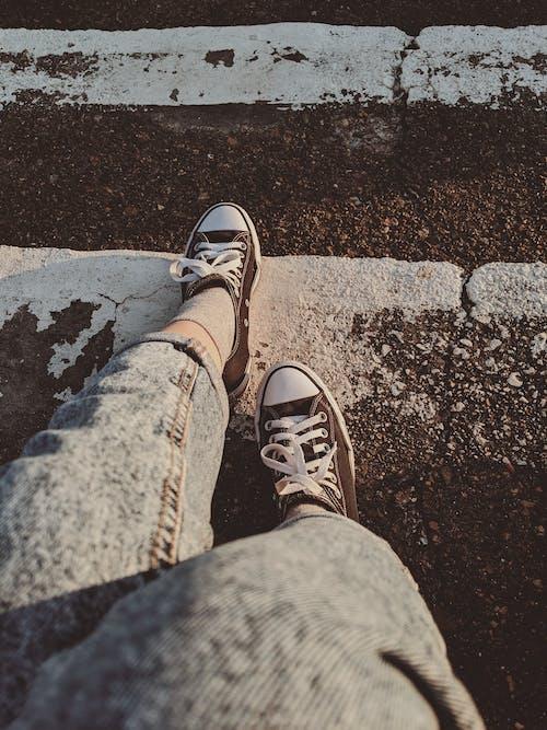 Δωρεάν στοκ φωτογραφιών με converse, αθλητικά παπούτσια, μπλουτζίν, παπούτσια