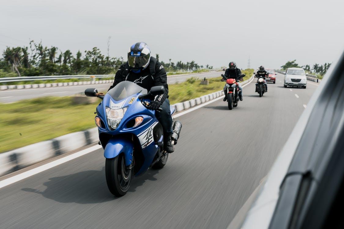 Pessoas Andando De Motocicleta