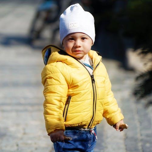 Darmowe zdjęcie z galerii z czapka z daszkiem, dziecko, niebieskie dżinsy, niemowlę
