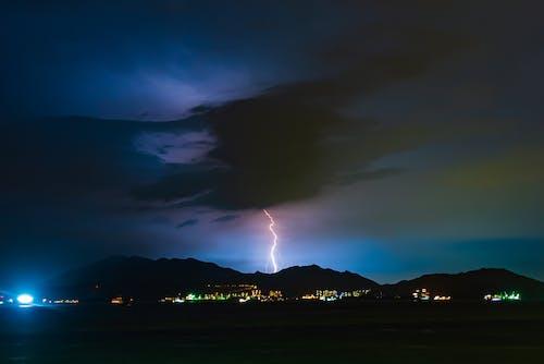 Gratis stockfoto met architectuur, avond, bergen, bliksem