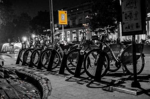 Foto d'estoc gratuïta de aparcament per a bicicletes, bici, bicicletes, blanc i negre