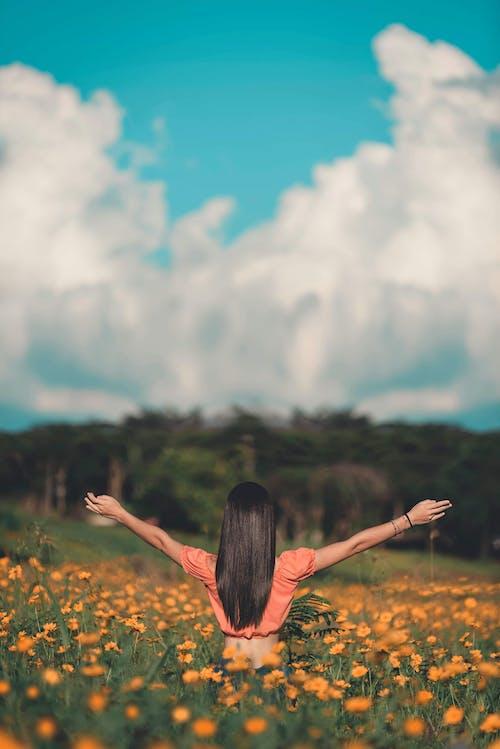 Бесплатное стоковое фото с девочка, деревья, дневной свет, женщина
