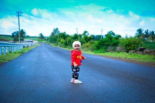 Foto stok gratis anak asia, anak-anak asia, jalan pesisir, kelinci