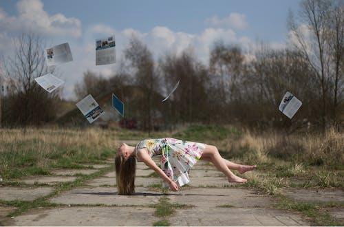 クレイジー, コンクリート, ドレス, モデルの無料の写真素材