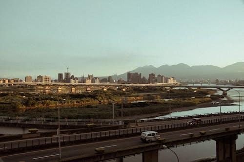 Foto d'estoc gratuïta de a l'aire lliure, aigua, arquitectura, automòbil