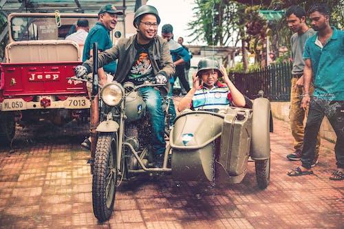 Бесплатное стоковое фото с автомобиль, азиаты, байк, боковой автомобиль