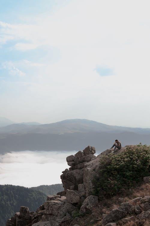 Ilmainen kuvapankkikuva tunnisteilla istuminen, jyrkänne, kallio, maisema