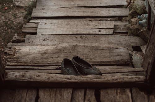 Základová fotografie zdarma na téma boty, černé boty, dřevěný, dřevěný povrch