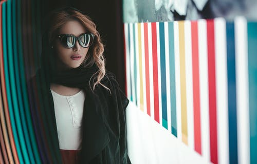 Photo Woman Wearing Sunglasses