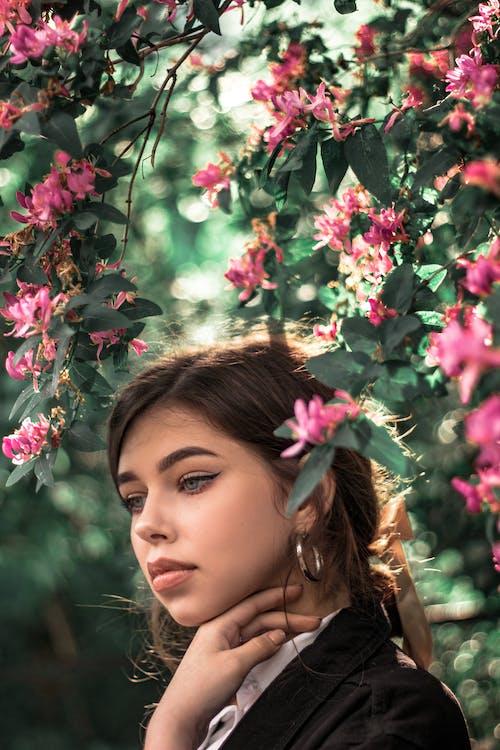 Mulher Ao Lado Das Flores