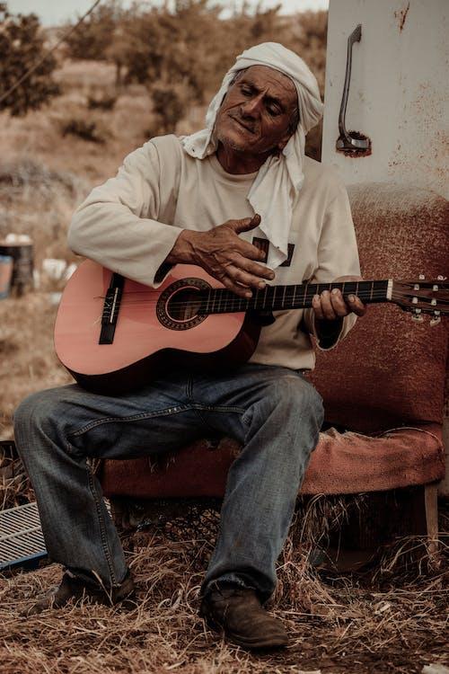 Бесплатное стоковое фото с Взрослый, гитара, гитарист, головной платок