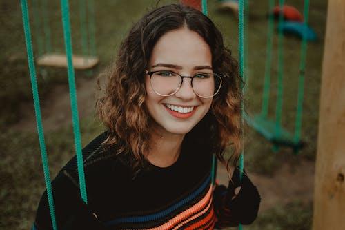 Ingyenes stockfotó álló kép, mosoly, mosolygás, nő témában