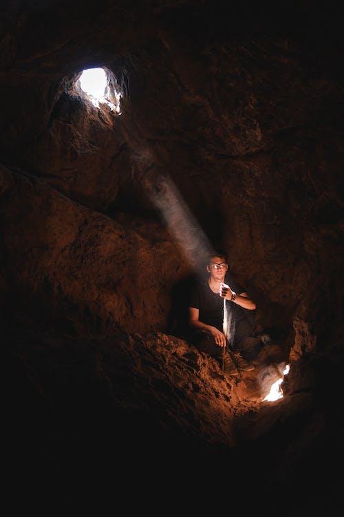 Foto d'estoc gratuïta de adult, assegut, aventura, cova