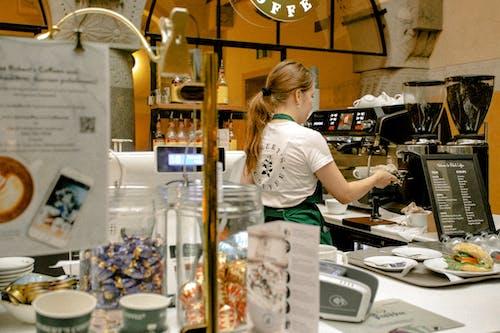 Gratis arkivbilde med ansatt, barista, brygge, kafé