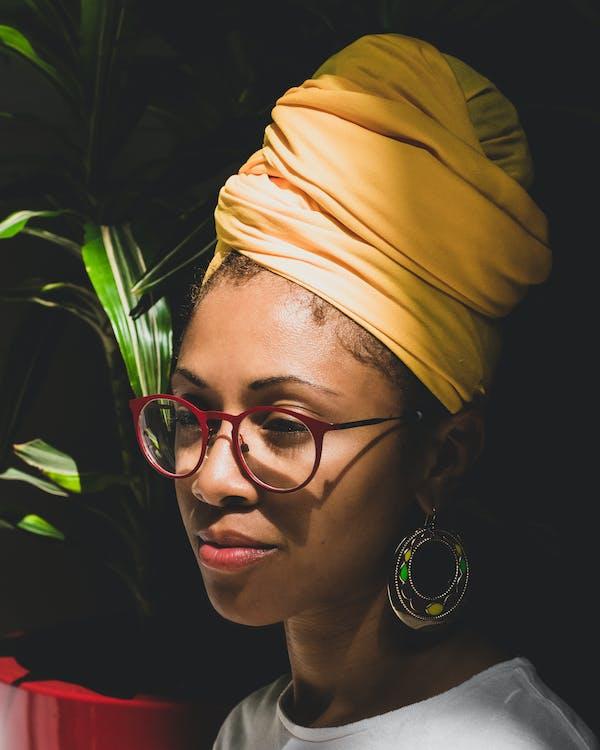 африканка, афро-американка, белая футболка