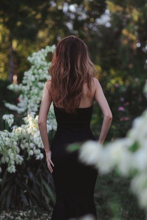 Darmowe zdjęcie z galerii z bokeh, brązowe włosy, czarna sukienka, dama
