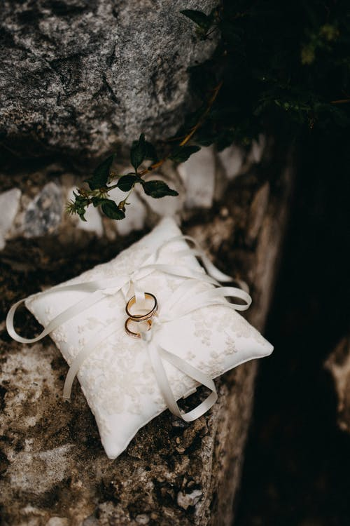Immagine gratuita di anelli, cuscino, fedi nuziali, tessuto bianco
