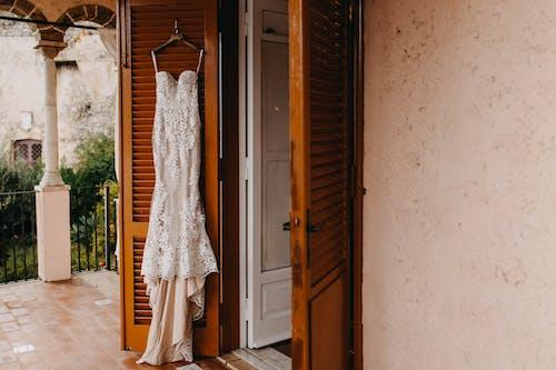 Weißes Hochzeitskleid, Das An Der Tür Hängt