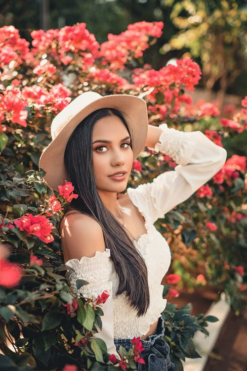 Kostnadsfri bild av attraktiv, blommor, ha på sig, kvinna