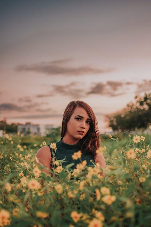 Darmowe zdjęcie z galerii z kobieta, kwiaty, osoba, piękno