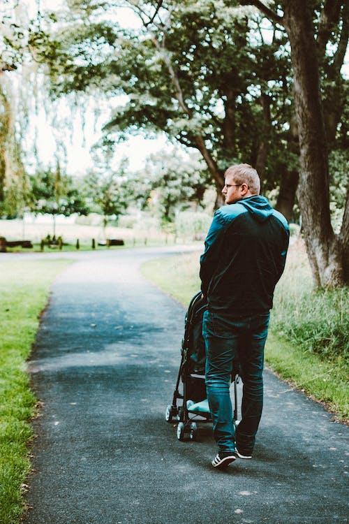 Darmowe zdjęcie z galerii z chodzić, mężczyzna, ojciec, osoba