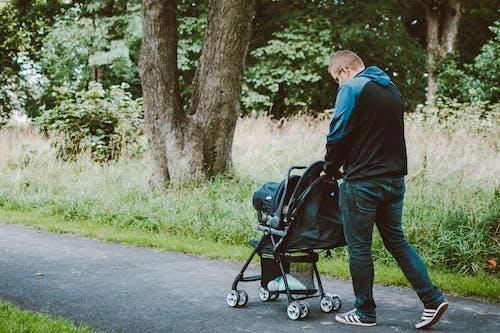 Foto profissional grátis de andando, caminho asfaltado, carrinho de bebê, família