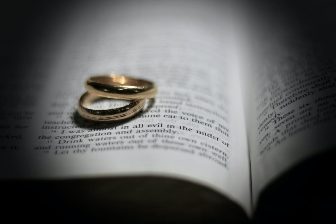 Bijbel, trouwringen