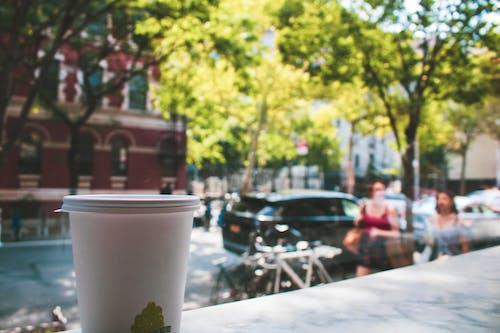 Foto d'estoc gratuïta de àrea urbana, cafè, concentrar-se, dia assolellat